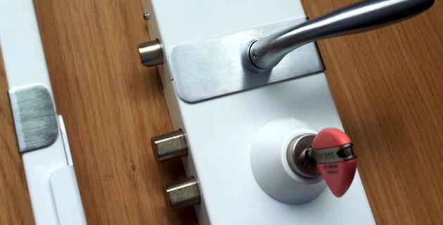Que faire pour prévenir et réparer une porte claquée?